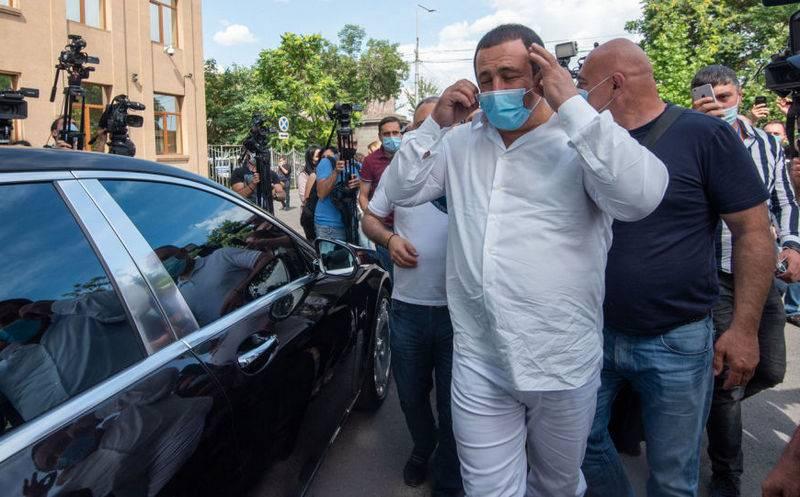 抗议者与埃里温的安全官员发生冲突