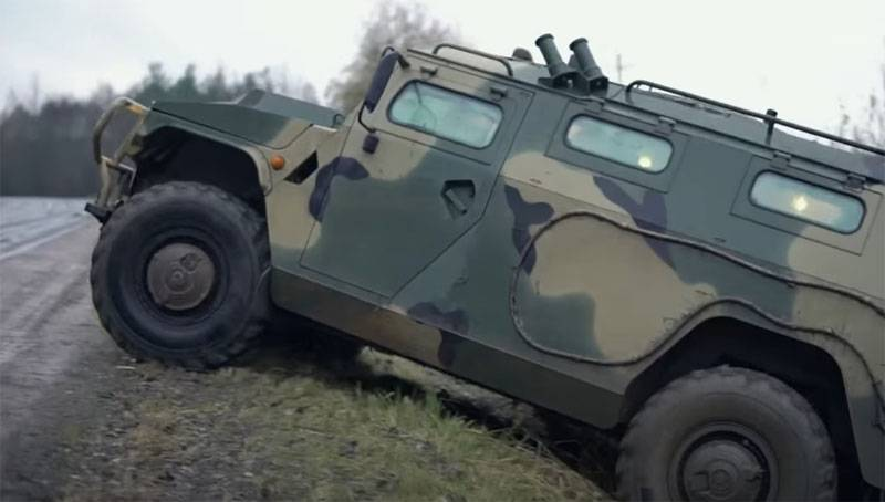 """Ukrainian resource: The Russian Army is once again looking for a replacement for the armored car """"Tiger"""" stuck on the curb"""