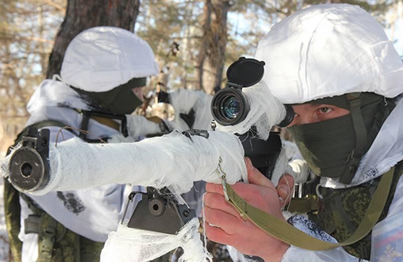 """Hava Savunma Kuvvetleri'nin birleşik silah ordusunun keşifçileri, modernize edilmiş ASM """"Val"""" saldırı tüfekleriyle kendilerini silahlandırdılar."""