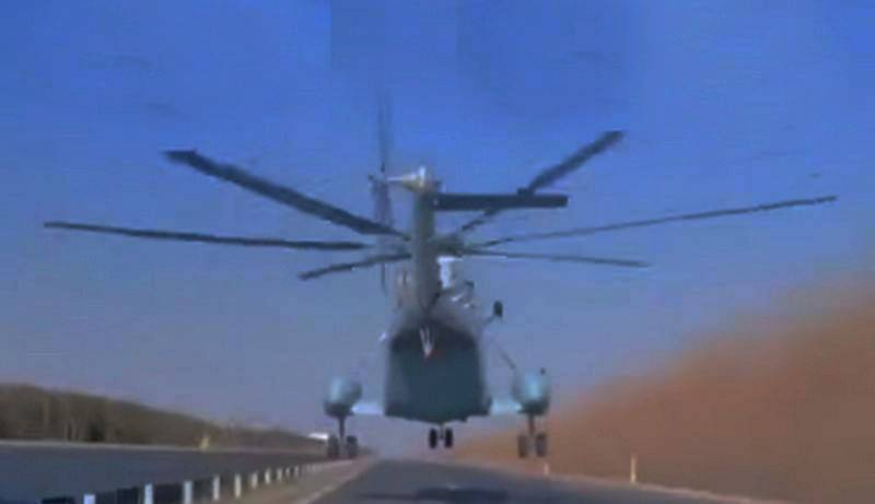 Caught on video a flight of a Chinese carrier-based helicopter at an ultra-low altitude over the highway