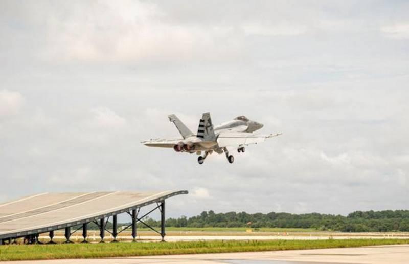 Caça americana F / A-18E Super Hornet testada em um trampolim