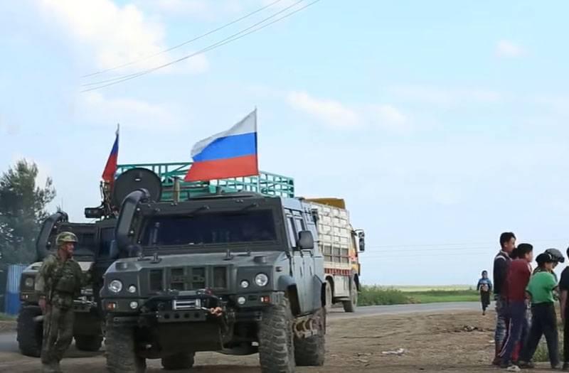 Suriye'nin Ain Issa kenti yakınlarındaki Kürt haritalarında Rus bayrakları göründü