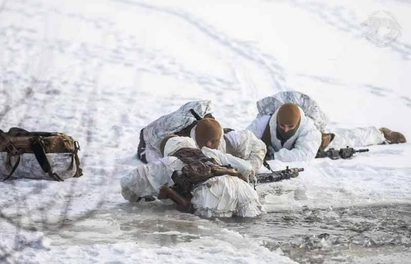 우크라이나 군대의 특수 작전 부대는 저온에서 물에 대한 조치를 취했습니다.