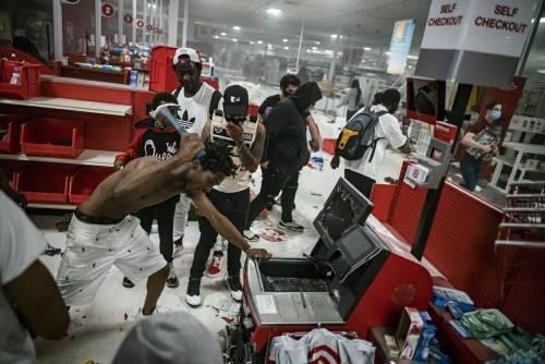 흑인들이 가게를 털다