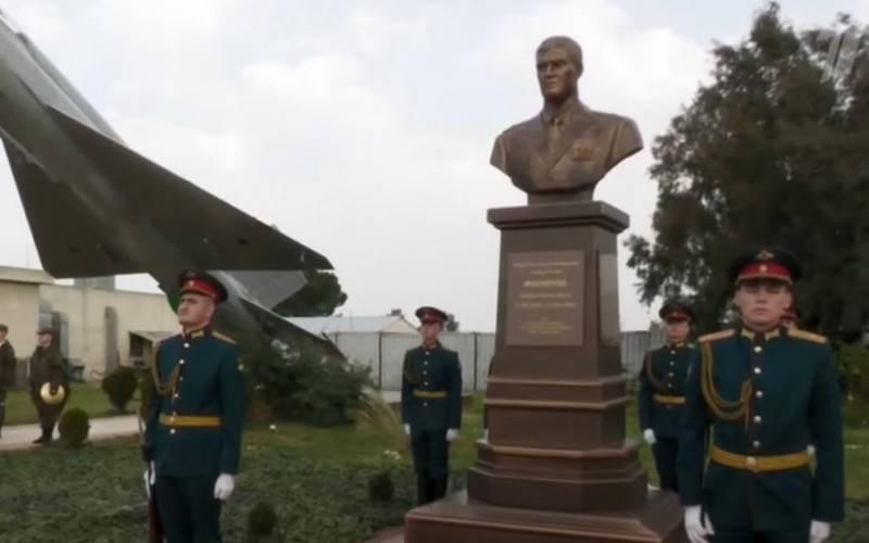Monumento al héroe de Rusia Roman Filipov develado en la base aérea de Khmeimim