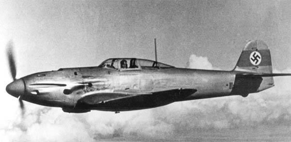 Kampfflugzeug. Heinkel von Messerschmitt abgeschossen