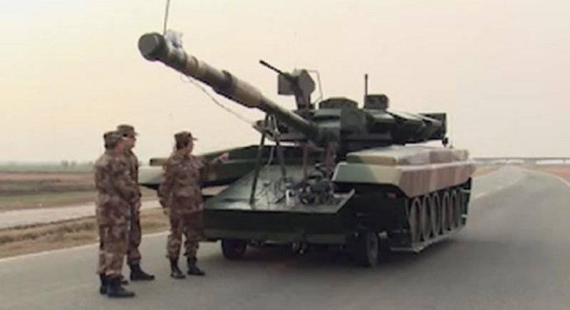 L'imitazione cinese del carro armato T-90 VISMOD ha respinto l'attacco dell'elicottero d'attacco?