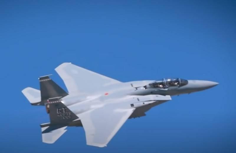 """미 공군은 F-15 이글 전투기를위한 """"스마트 한""""전자전 시스템을 만들기위한 입찰을 발표했습니다."""