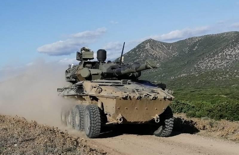 Italienischer Panzer mit Rädern, der versehentlich auf Hühnerfarm abgefeuert wurde