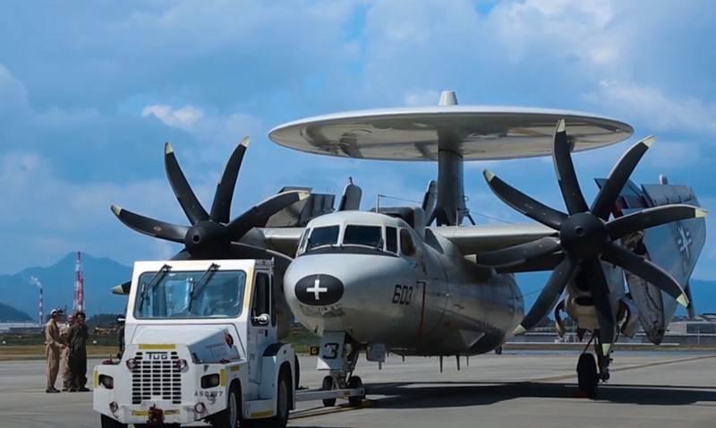L'aereo AWACS basato su portaerei americana E-2D Advanced Hawkeye sarà in grado di controllare i droni