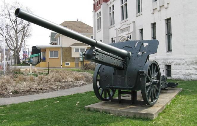 Erfasste 105-mm-Kanonen und 150-mm-schwere Feldhaubitzen im Einsatz in der Roten Armee