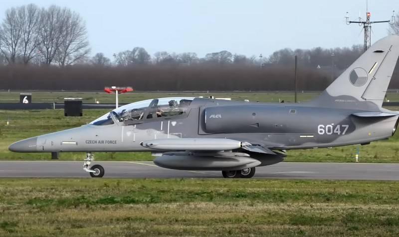 捷克轻型攻击机L-159在飞行过程中失掉了座舱盖