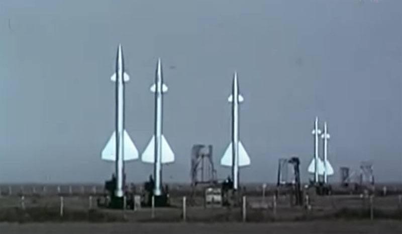 """विपक्ष """"बर्कुट"""" और """"डीविना"""": पहले सोवियत वायु रक्षा प्रणाली एस -25 और एस -75 पर"""