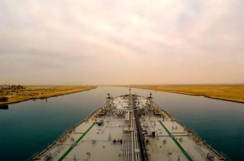 Движение через Суэцкий канал вновь прерывалось из-за проблем при прохождении судна