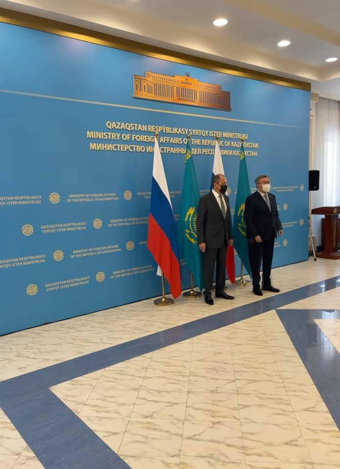 """Sergei Lavrov, no Cazaquistão, chamou a política dos EUA em relação à Rússia de """"estúpida"""""""