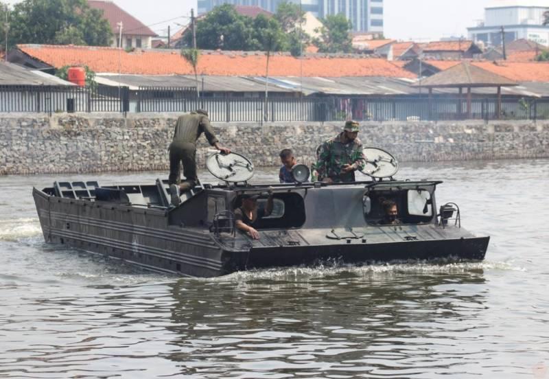 Солдаты обязаны отказаться от сомнений в амфибии: в Индонезии советский ПТС назвали гордостью морпехов