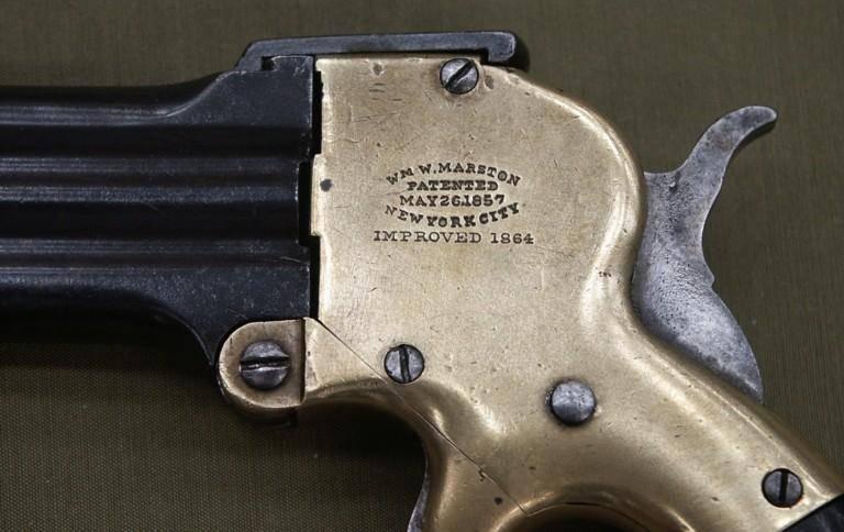 소형 권총과 리볼버