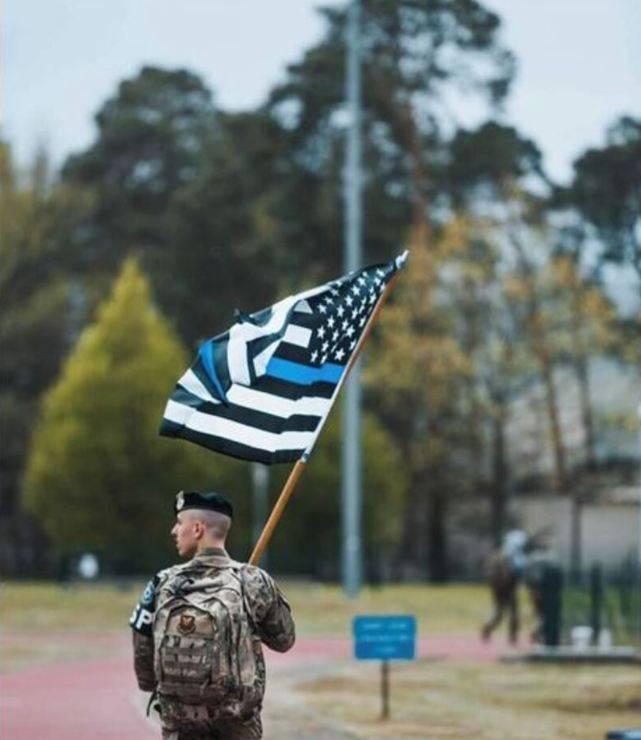 美国蓝旗在拉姆施泰因基地的美国国旗在美国引起谴责:反弹的原因