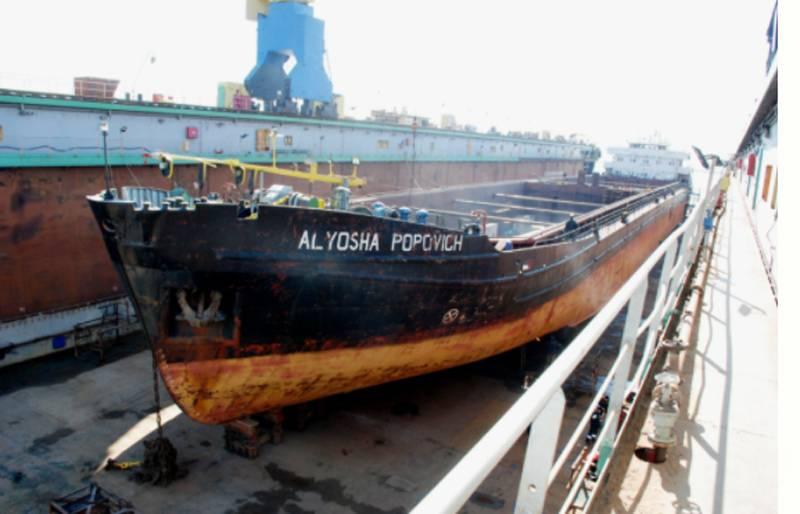 यूक्रेन में, वे आज़ोव शिपयार्ड को निजी हाथों में बेचने जा रहे थे, जो नौसेना के जहाजों और नौकाओं की सेवा करता है