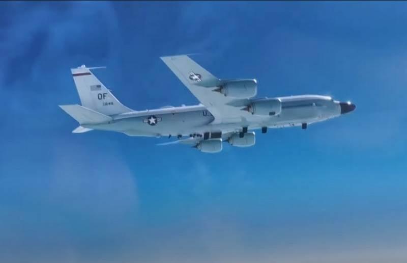 Российский МиГ-31 «перехватил» американский разведчик RC-135 в районе Чукотки