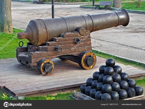 cañón con balas de cañón