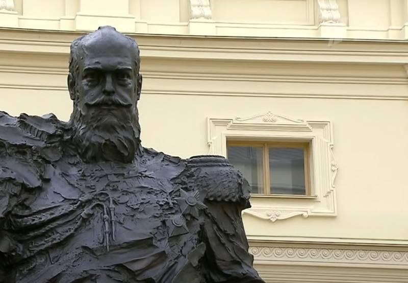 Просчёт со звездой: Ошибка на монументе Александру III исправлена