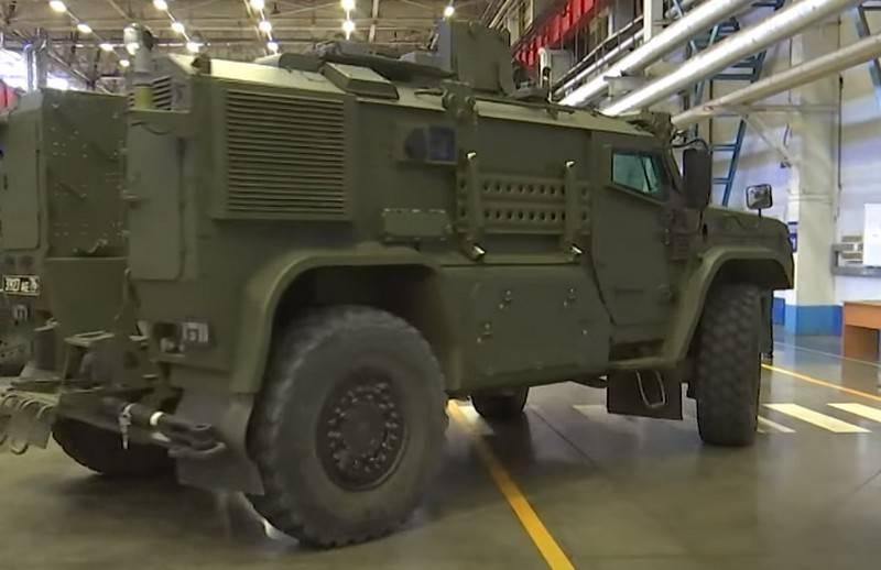 """""""伙伴""""护航一批最新型装甲车年底前去部队"""