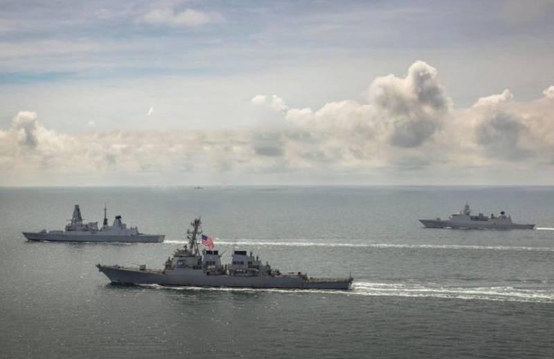 """俄罗斯护卫舰""""德米特里·罗加乔夫""""和""""帕维尔·德尔扎文""""连续监视一群北约船只"""