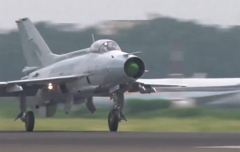"""""""使用老式战斗机"""":中国空军在台湾边境附近的演习中使用了苏联米格21的复制品"""