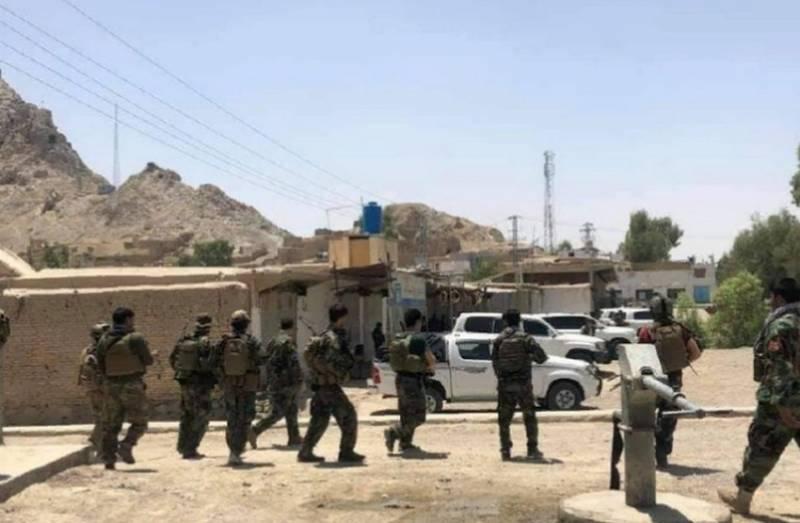 Правительственные силы потеряли военную базу Суккур рядом с Кандагаром, бои за город продолжаются