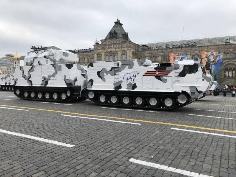 Паровой транспортер едет по Африке, а сверхдлинный современный танк может ехать по тундре
