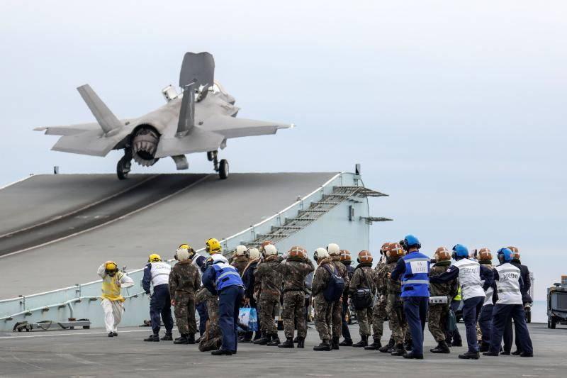 В Китае: Британская АУГ не осмеливается подходить к китайским островам