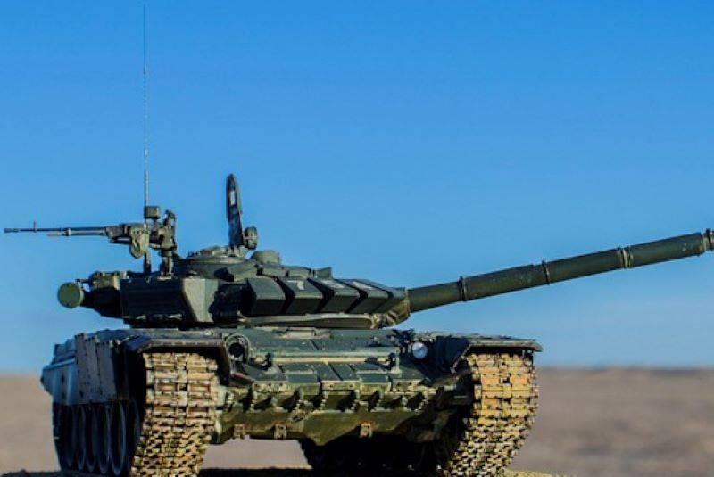 На учениях российские танки Т-72Б3 выполняли стрельбы с замаскированных позиций