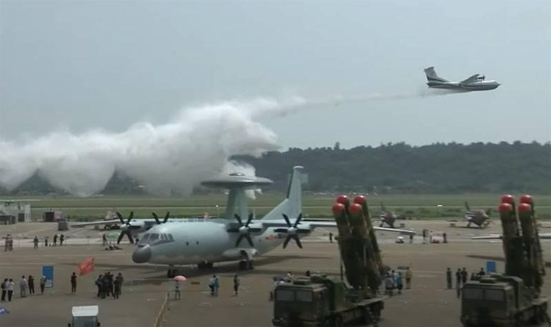 Самолёт-амфибия AG600: На авиасалоне в Чжухае китайский конкурент российского Бе-200 показал сброс тонн воды перед смотровой площадкой