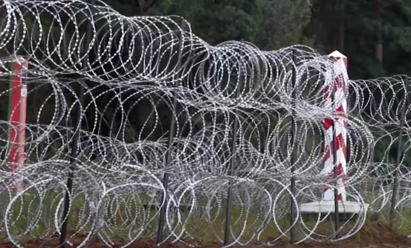 «Для защиты от Путина и Лукашенко»: Польский премьер обосновал строительство забора на границе с